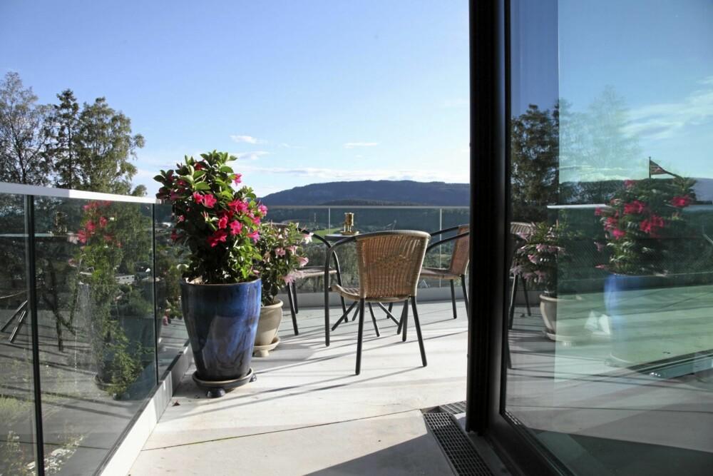 EN HØYDARE: Fra verandaen med glassrekkverk har eierne enorm utsikt.
