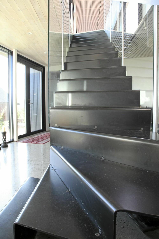 TOPP DESIGN: Trappen til annen etasje er laget av bukkete stålplater, og er laget og plassert slik at den tar minst mulig plass.