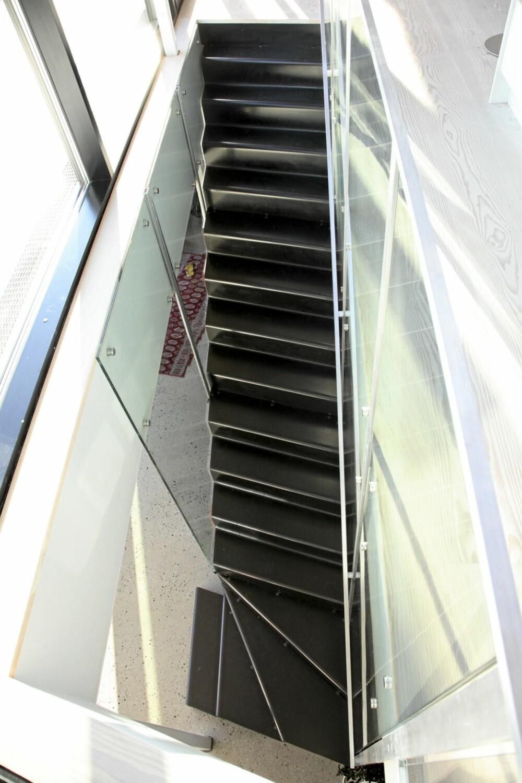 LETT OG ELEGANT: Trappen er formet som et moderne møbel mellom de to nederste etasjene.