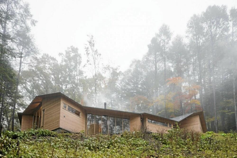 SØMLØST: Eierne ønsket et hus som sømløst blander seg inn i omgivelsene, topografien og den lokal kulturen.