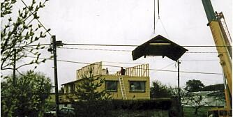 HATTEN AV FOR VILLA DYSTHE / WØLLO: Her er taket løftet av villaen og den nye toppetasjen er klargjort for at taket skal heises på huset på nytt. Heiseoperasjonen ble utført av kranfirmaet T.O.Bull.