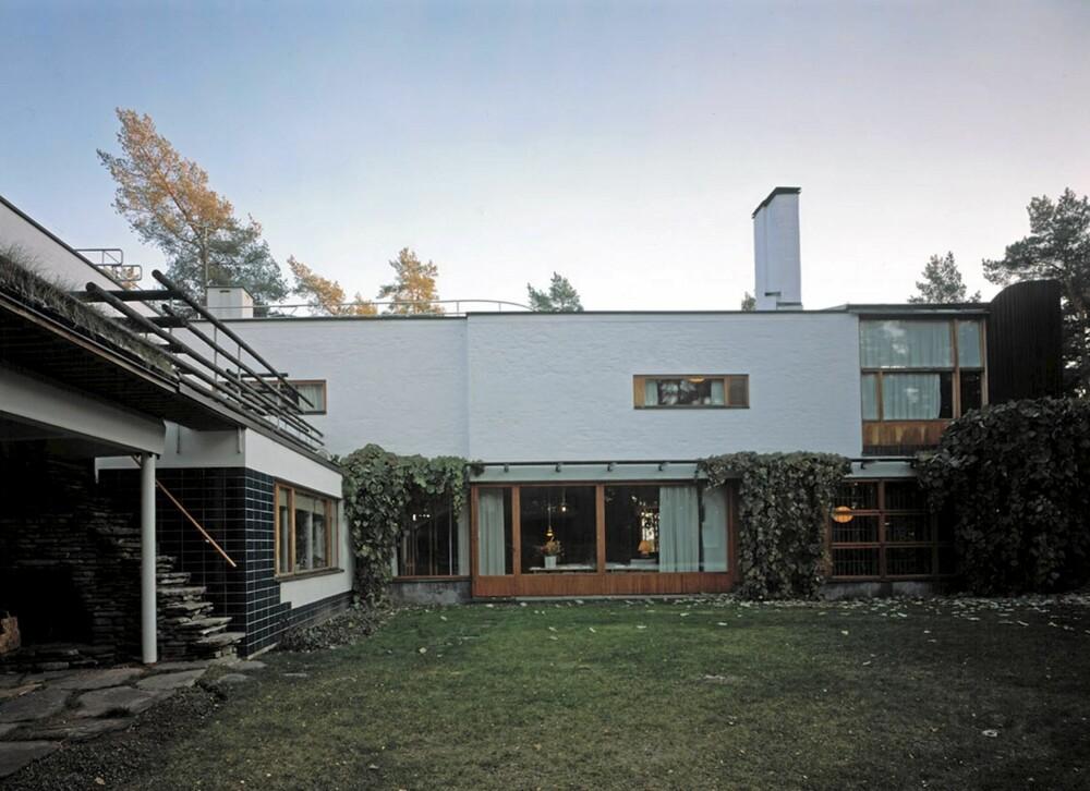 KREATIVT SAMSPILL: Villa Mairea omgis av åpne grøntområder. Selv om dette er moderne arkitektur, er villaen varm og innbydende.