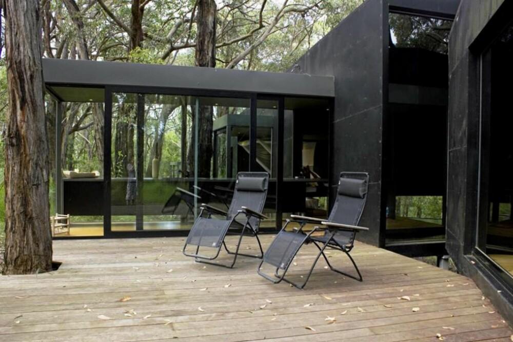 ROMSLIG TERRASSE: Utenfor soverommet er det bygget en stor terrasse. Her kan beboeren nyte morgensolen.