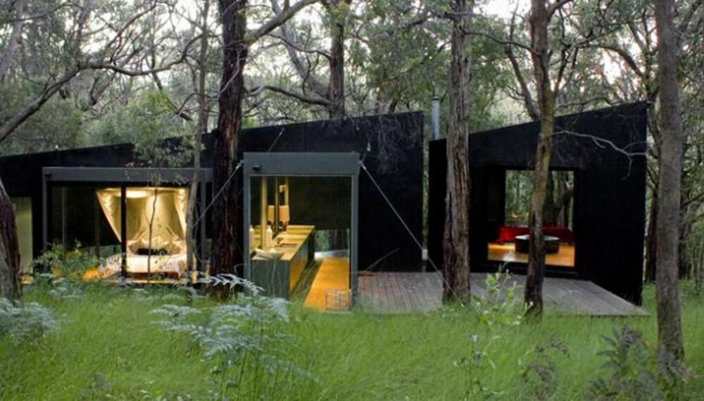 DRAMATISK: De svarte veggene og de store glassflatene skaper en dramatisk og teatralsk effekt i den minmalistiske særegne hytta.