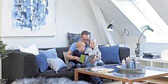 LYSSATT. Den avlange doble takvinduet i skråtalet slipper inn mye lys. Sofaen Lafosa Sancal byr familien på godt med sitteplass.