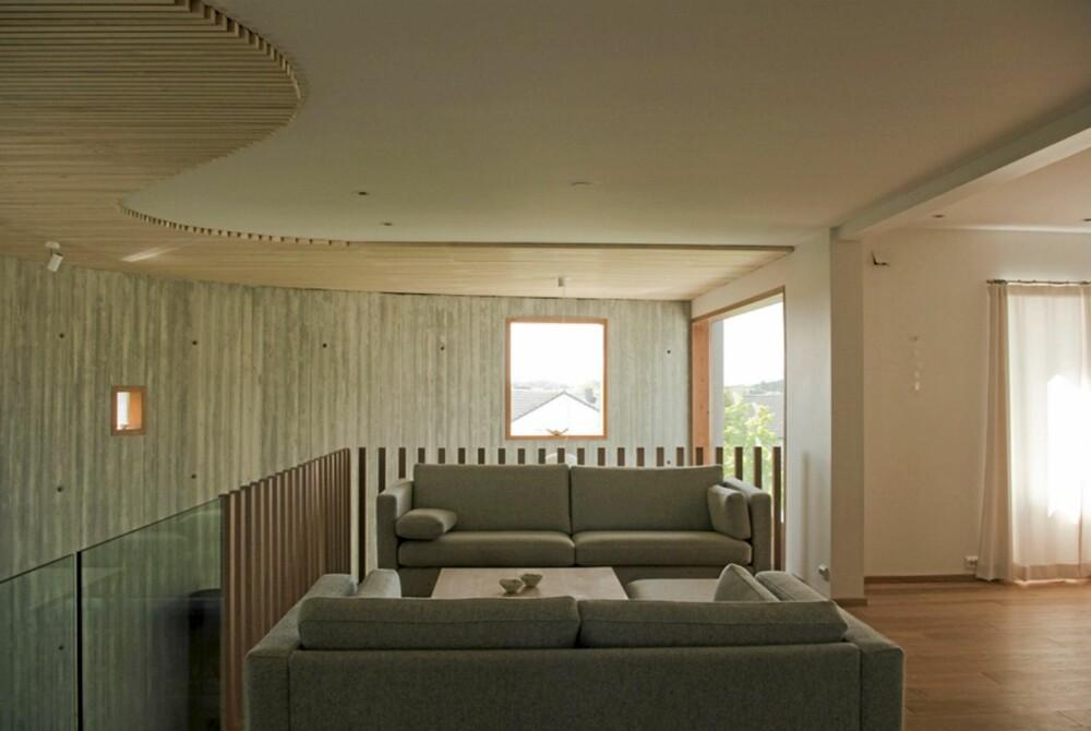 GALLERIFINT. Stuen ligger på galleriet i andre etasje. Rekkverk i glass og med trespiler mot trapperommet.
