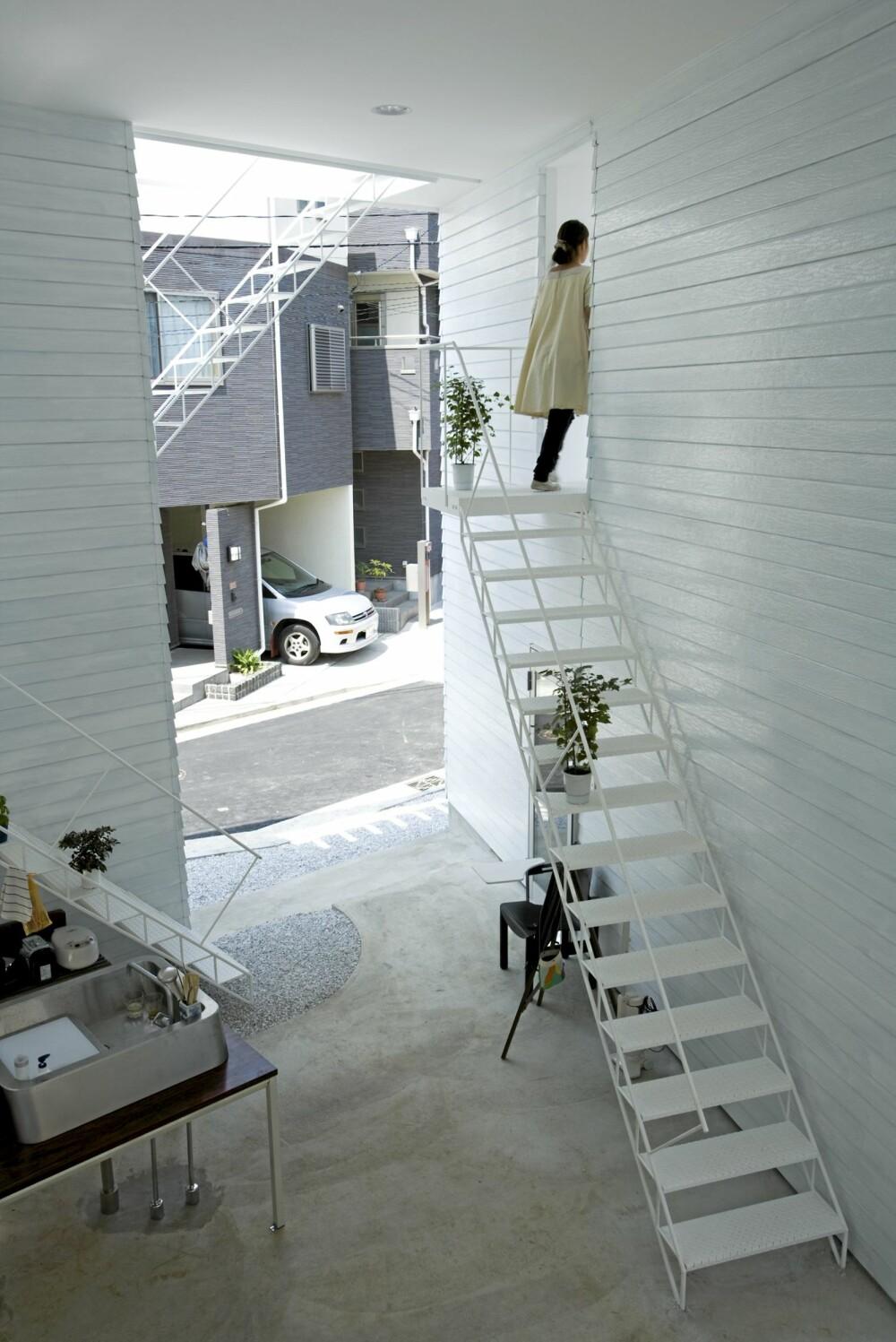 UTENDØRS: I bakgården finner vi et utendørs kjøkken med vask og komfyr, i tillegg vaskerom og et lagerrom.