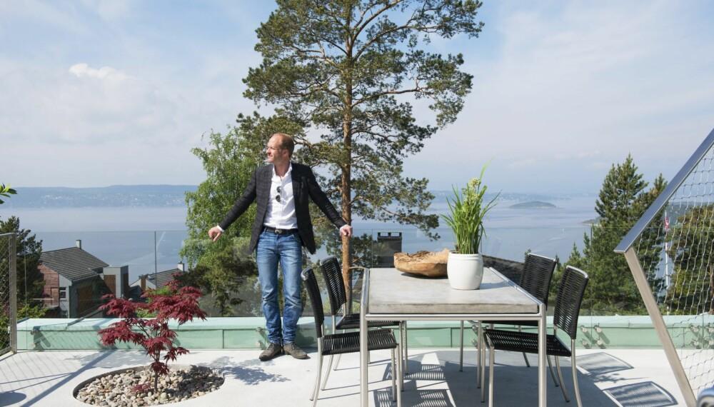 USYNLIG REKKVERK: – De to terrassene er gull verdt, sier Hans Christian. Fra høyden har han vid utsikt over Oslofjorden. Rekkverket i front er så å si usynlig.