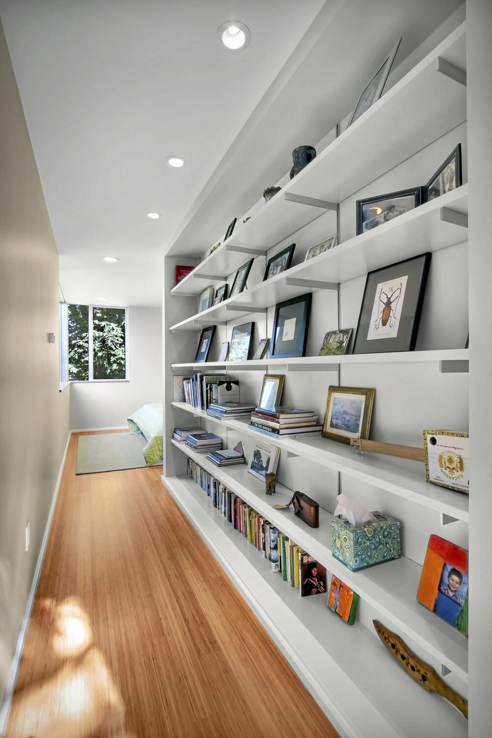 OPPBEVARING: I gangen, som binder tilbygget til huset, har de satt opp hyller til oppbevaring