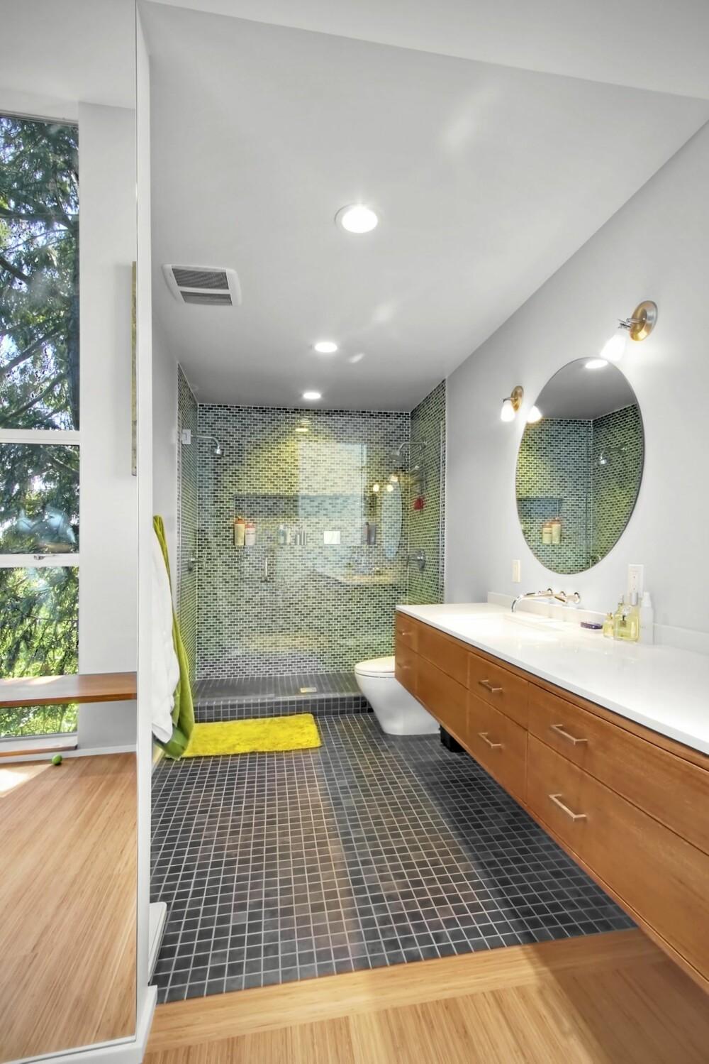 BAD: Det ble også laget et nytt bad i tilbygget slik at familien nå har to.