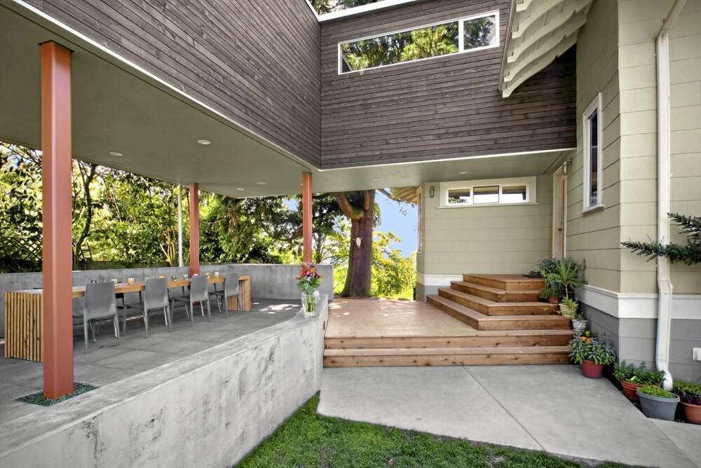 MORGENSOL: Plattingen i sedertre binder plassen foran kjøkkenet sammen med terrassen i betong. Her er det fint å sitte i morgensolen.