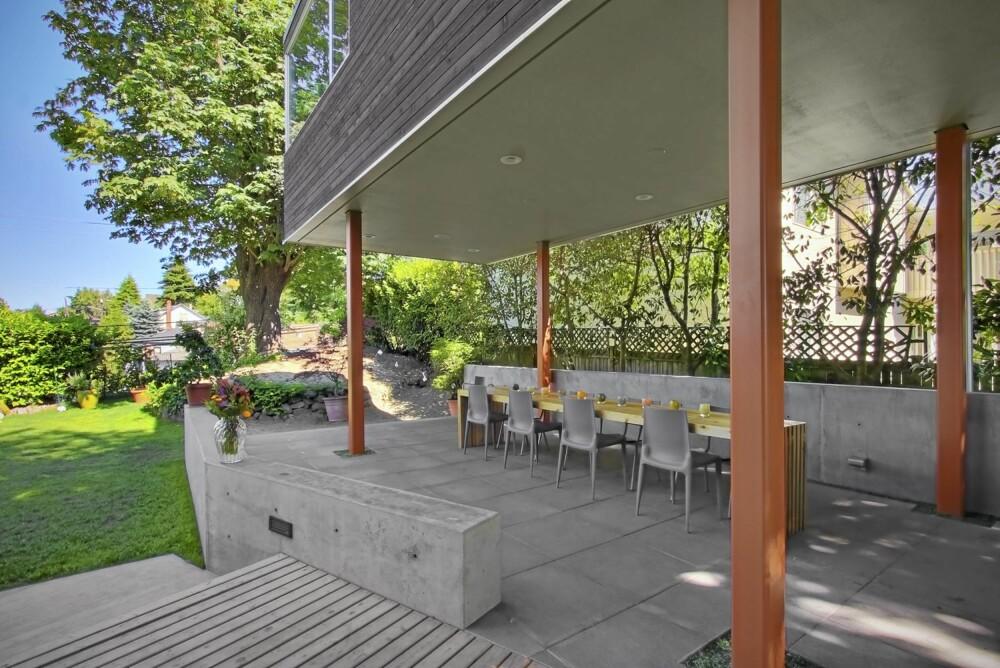 UTEPLASS: Den nye uteplassen har fått vegger i betong. Tilbygget skaper et praktisk tak over plassen.