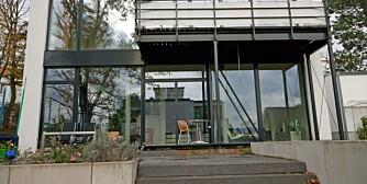 PASSIVHUS: Fra utsiden skiller ikke tt passivhus skiller segfra et vanlig hus. Dette huset utenfor Frankfurt i Tyskland er designet etter bauhausskolen. I tillegg til å være bygget etter passivhusstandard, er det utstyrt med solceller som leverer elektrisitet ut på strømnettet.
