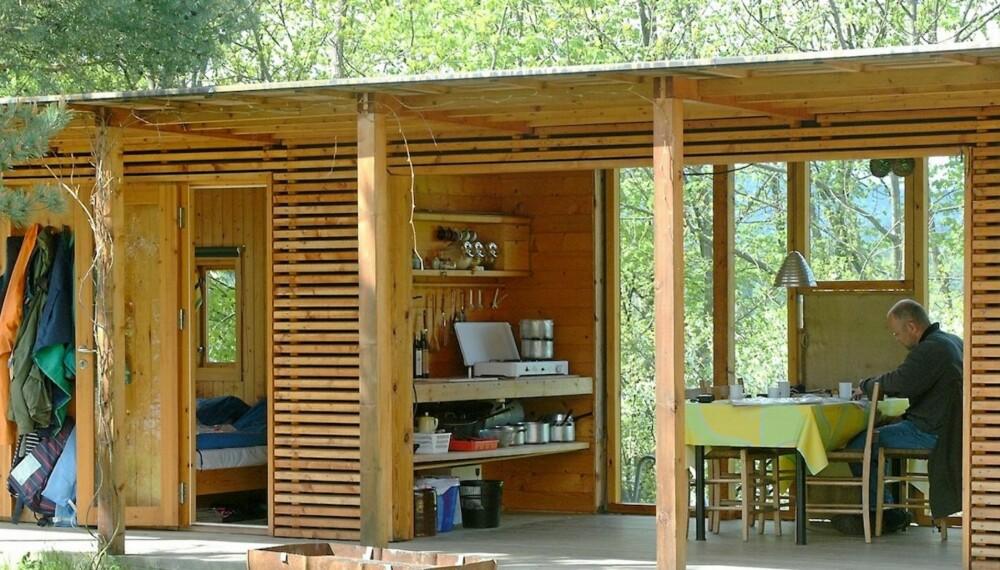 EN SPISEPLASS I DET GRØNNE: Slik skal et utekjøkken på hytta være. Enkelt, elegant og i full kontakt med naturen til begge sider. Hytta i indre Oslofjord er tegnet av arkitektene Trine Faye Lund og Jostein Bjørndal.