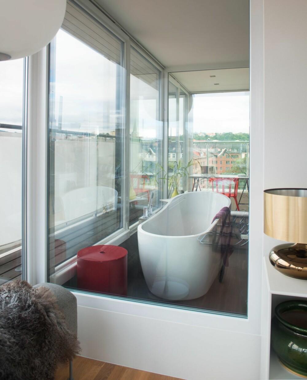 INNSYN: Fra stuen kan man se tvers gjennom badet og inn til  arbeidsrommet. Baderomsinnredningen er fra Hansa. Den røde puffen fungerer som skittentøyskurv.