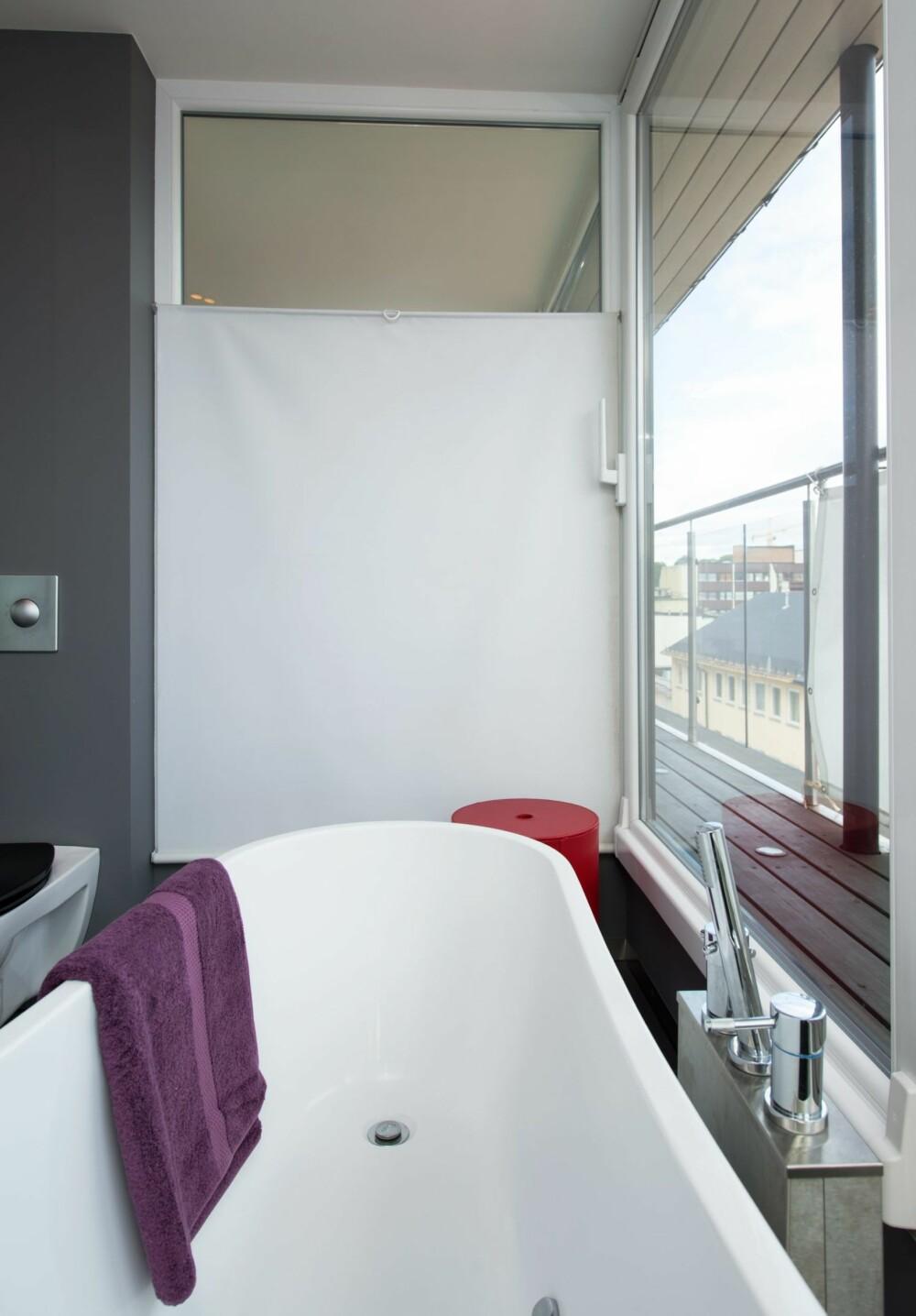 SKJERMET: Glassveggene inn til stuen og arbeidsrommet har fått skjerming som lett kan dras opp eller ned ved behov.