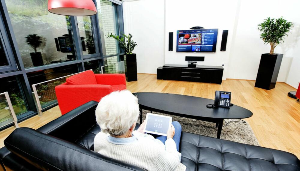 VELFERDSTEKNOLOGI: Med tilpasset teknologi kan eldre og andre med spesielle behov styre hjemmet fra nettbrettet for å lette hverdagen.