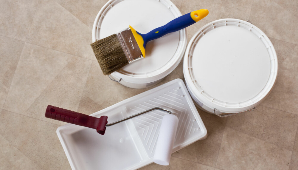"""MALE FLISER PÅ BAD: Å sveipe malerkosten over baderomsflisene er et enkelt og rimelig alternativ dersom badet har behov for en """"quick fix"""", i påvente av en større oppussing."""