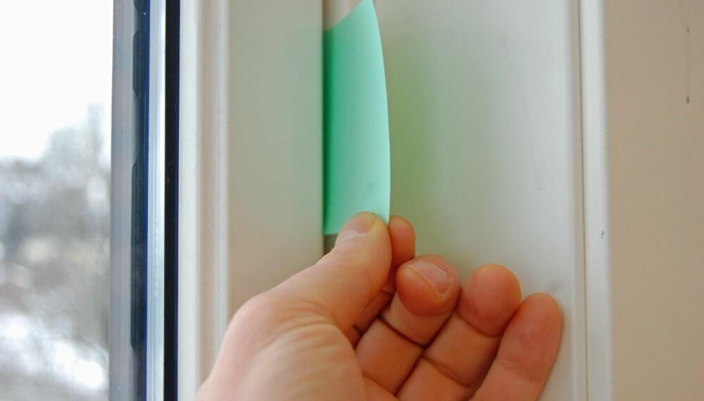 MINDRE STRØM: For å sjekke om det er tett mellom vindu og vinduskarm, skal du åpne vinduet, sette en papirlapp i sprekken mellom vinduet og karmen og så lukke vinduet. Kan du trekke lappen lett ut, er det utett mellom vindu og karm.