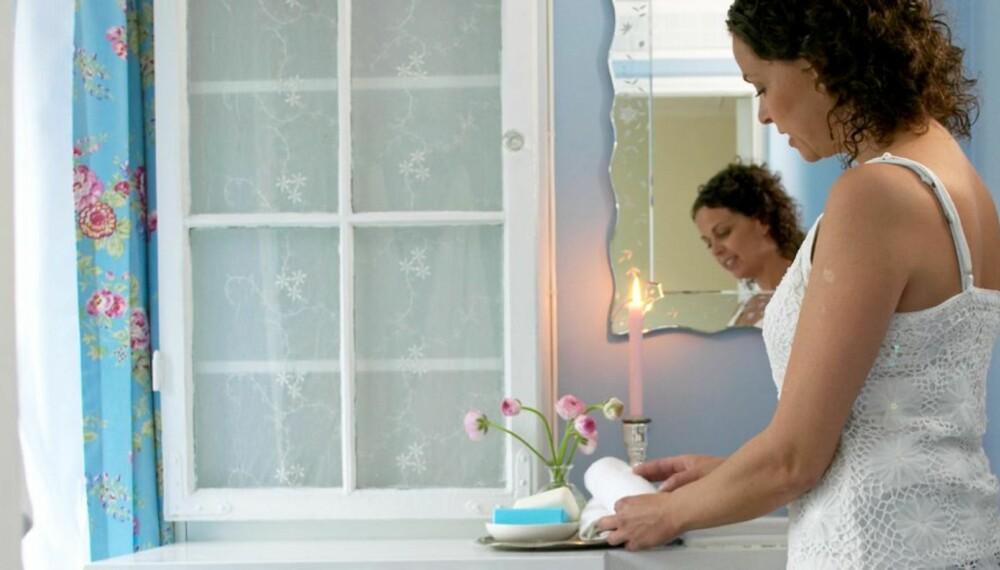 SHABBY CHIC: Med lys maling og tekstiler fikk badet helt ny stil.