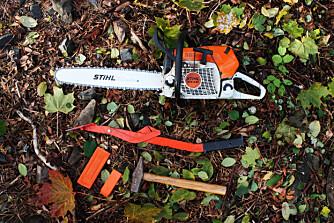 Dette trenger du: Motorsag, fellespett, kiler og hammer.