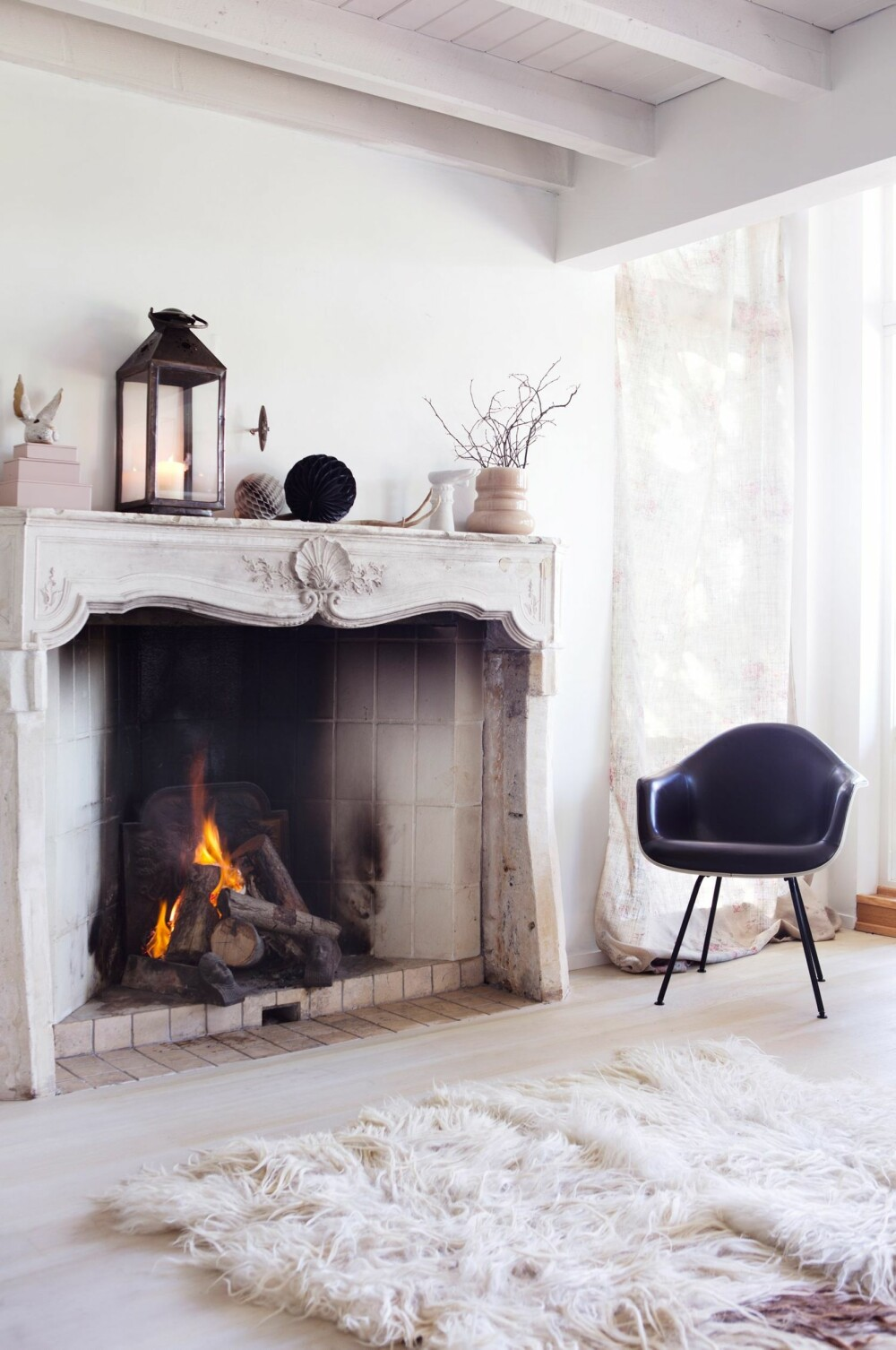 FRANSK STIL: Interiørstylist Tone Kroken har valgt et stort ildsted med vakre ornamenter.