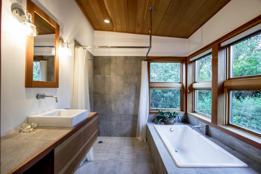 LINJERENT: De rene og stramme linjene tilfører etiske kvaliteter til baderommet.