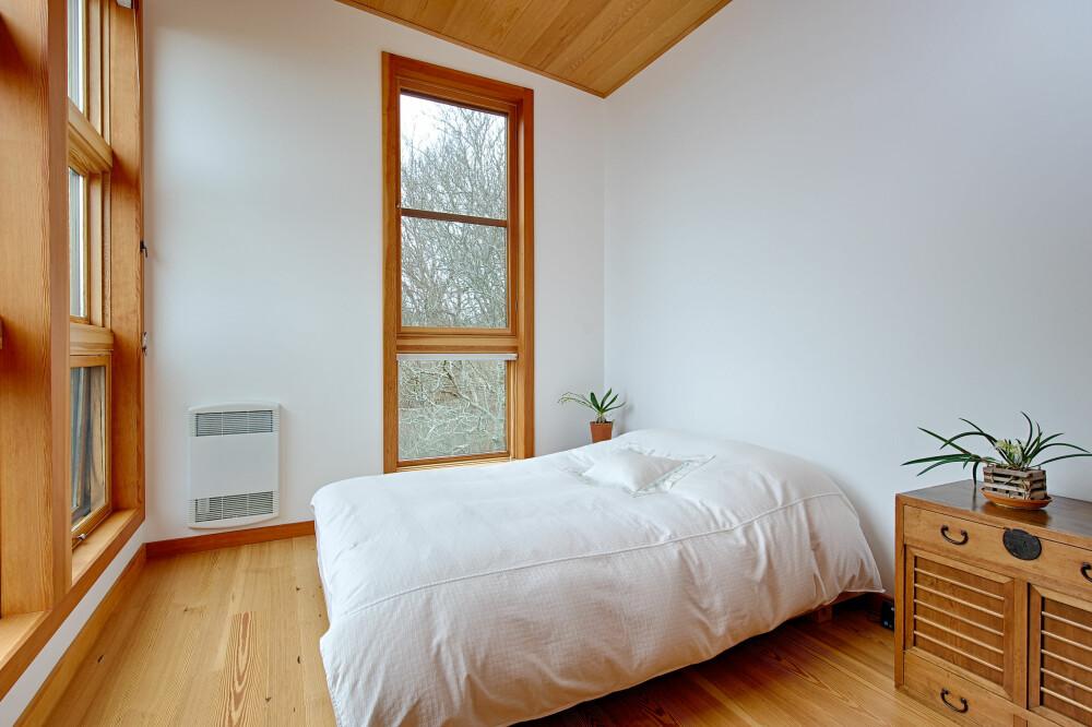 LYST: Hele huset bærer preg av en sjenerøs bruk av vindusflater, som skaper lyse interiør, som fremheves av den sparsomme innredningen. Her fra det ene soverommet.