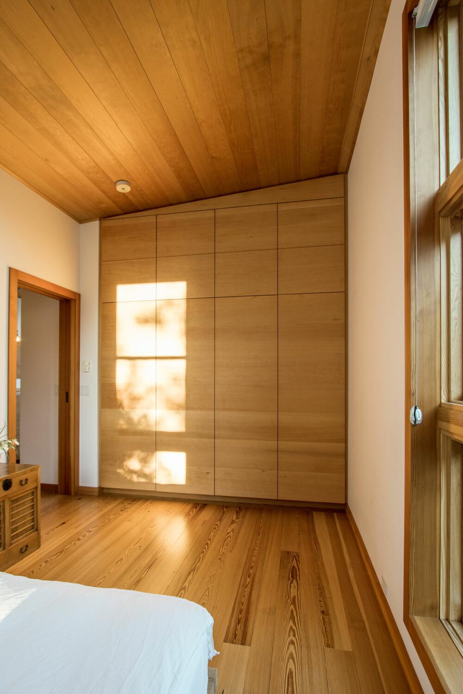 INNEBYGGET SKAP: Garderobeskapene er bygget inn i veggene, og med den enkle dørdesignen bidrar det til å forsterke stramheten i hele interiøret. Det er også plassbesparende.