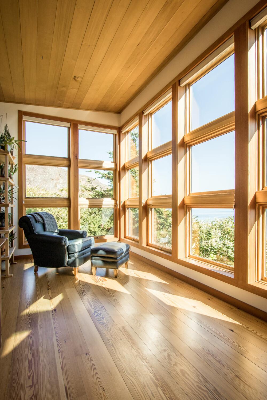 NATURNÆRHET: De store vindusflatene slipper både lys og omgivelser inn, og gjør at man bare har lyst til å bli sittende.