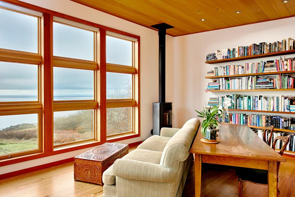 RAUS VINDUSBRUK: I husets front er det plassert store vindusflater, delvis for å skape vidsyn men også for å nyttegjøre seg varmeenergien i solen mest mulig.