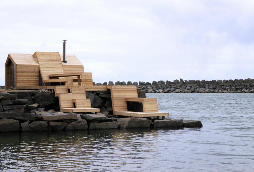 MONUMENT: Nærmest som et kunstverk troner badstuen ytterst på svaberget.