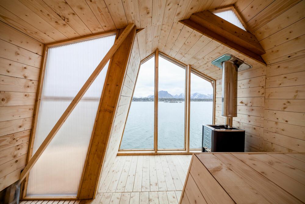 BADSTUEROMMET: Selve badstuen inneholder et omkledningsrom og dette badstuerommet, som har store vindusflater mot sjøen.
