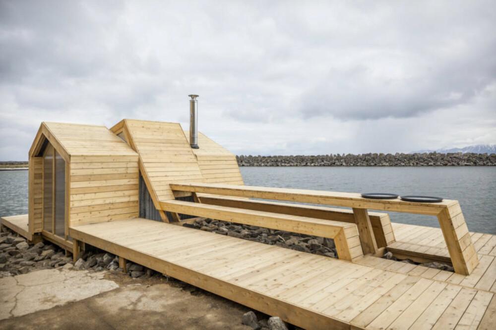 FLERE FUNKSJONER: Dette er ikke bare en badstue, men også like mye et oppholdssted utendørs. Det midtre båndet er bygget i flere nivåer, slik at det er skapt sittebenker og bord.