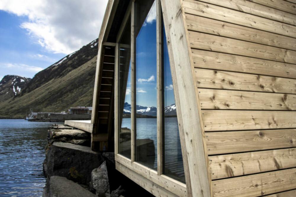 SPEILING: Samtidig som bygningskroppen fanger opp landskapet rundt, speiler også omgivelsene seg i de store vindusflatene.