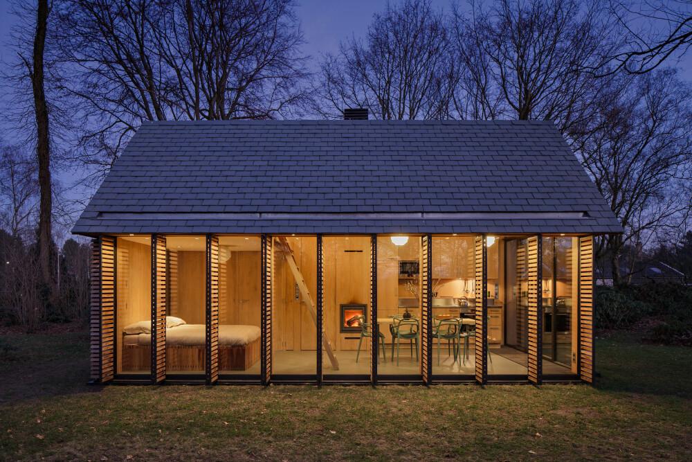 TRANSPARENT: Om kvelden, med lysene på og lemmene fraskjøvet, lever man et liv på full utstilling. At huset ligger i eierens private hage, reduserer naturlig nok innsynet betraktelig.