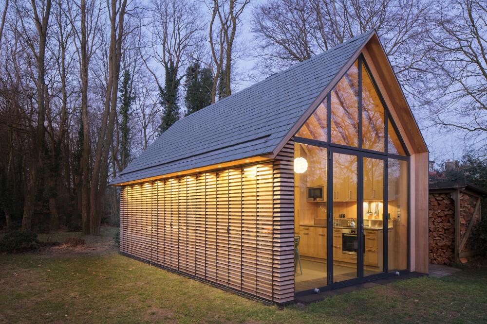 STRAM DESIGN: Husets stramme, rektangulære form kommer tydelig frem i skumringen.