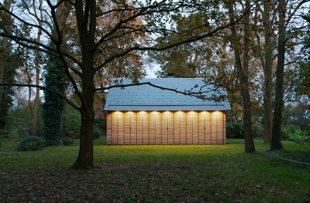 SKULPTUR:  I skumringen, med slåene skjøvet for og de innbygde lysene i takutspringet påslått, får huset et skulpturelt uttrykk.