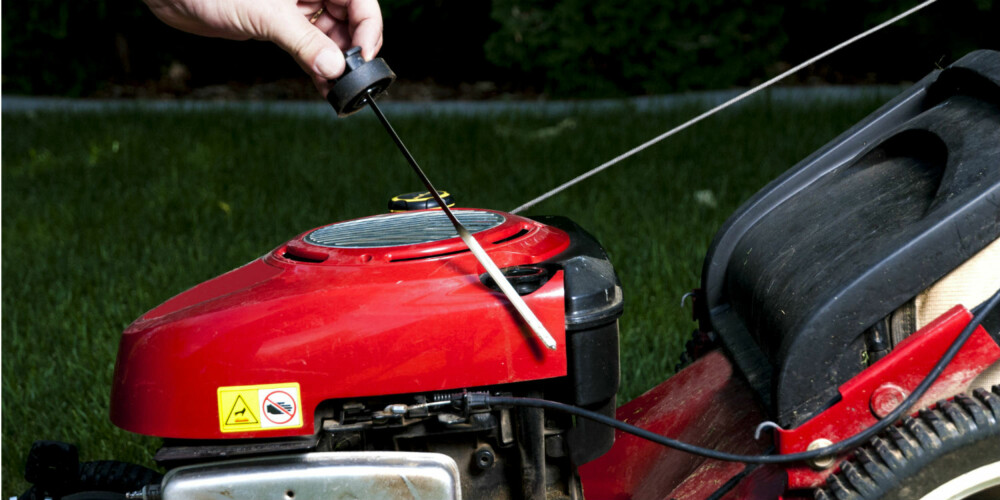 SVÆRT VIKTIG: Start aldri en gressklipper uten først å sjekke at den har olje. Klipperen jobber hardt på varme sommerdager og smøring er avgjørende for at motoren skal fungere.