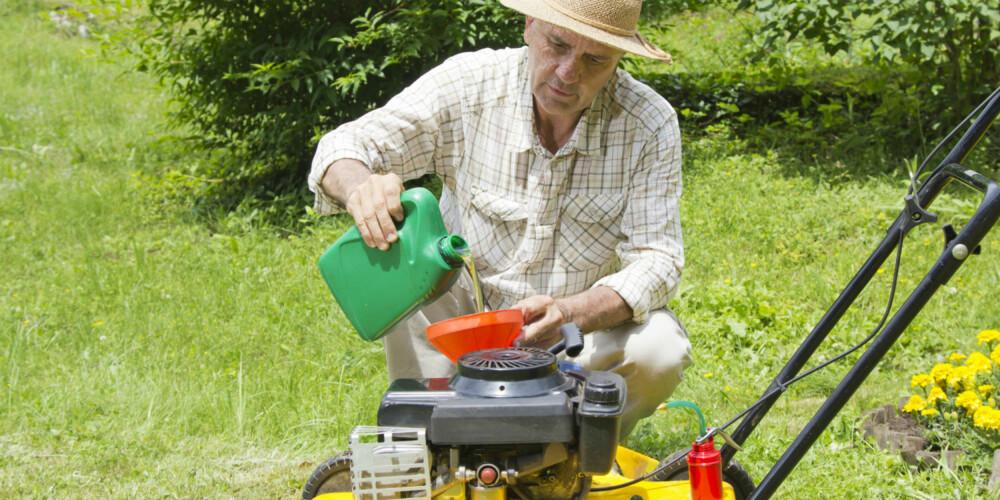 NY HVERT ÅR: Gressklipperen bør tømmes for olje og bensin før den settes bort for høsten, og ny må fylles på før du begynner å bruke den igjen.