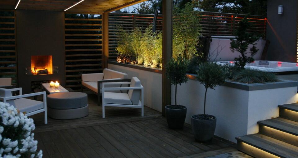 ULIKE MATERIALER: Her har  hagedesigneren tatt i bruk ulike materialer for å skape et spennende miljø.