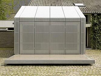 SVEVER: Tilbygget er plassert oppe på en galvanisert stålkrage, og det får bygget til nesten å sveve.