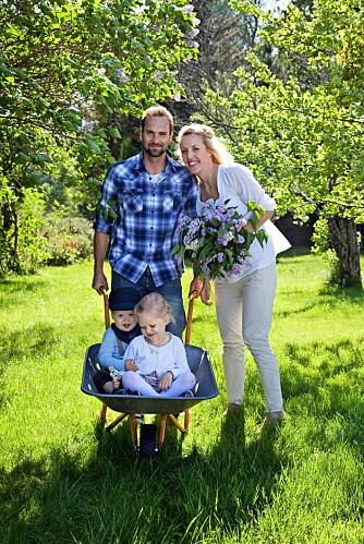FAMILIEN STANG-JACOBSEN: Thomas Stang og Lise M. Stang-Jacobsen ønsker å bruke mye tid med barna når de ikke er på jobb. I hagen er det plass å boltre seg for både liten og stor.