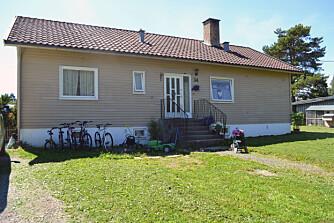 FØR: Slik så huset til familien Hagen ut før de malte det. Det hadde da sett slik ut siden de kjøpte det.