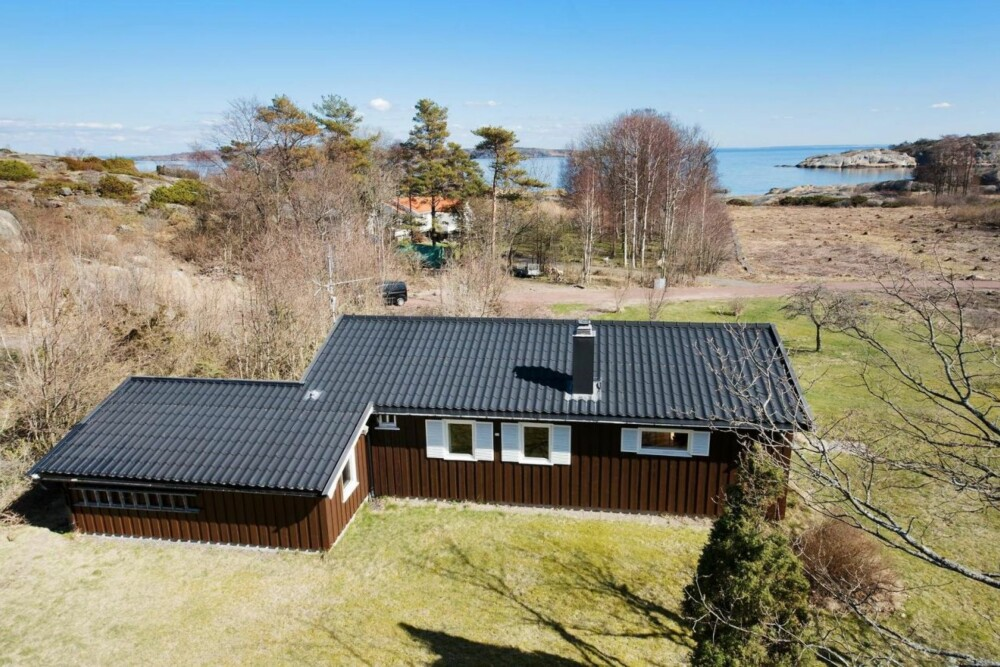 HVASSER: I Hvasser i Vestfold er denne hytta til salgs med en prisantydning på 4 900 000. Når vi er på jakt etter hytte settes standard høyt, men det betyr ikke at vi holder oss helt unna de koselige hyttene bygd på 50- og 60-tallet.