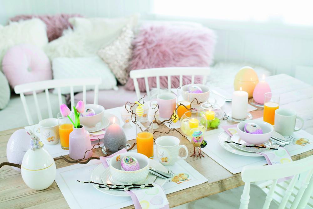 """PÅSKEKOS: Alt ligger til rette for en koselig påskefrokost med et bord som dette. Du kan pynte med gåsunger eller en stor kvist på bordet. Store """"egglys"""" i pastellfarger gjør seg godt sammen med påskekyllinger og tulipaner."""