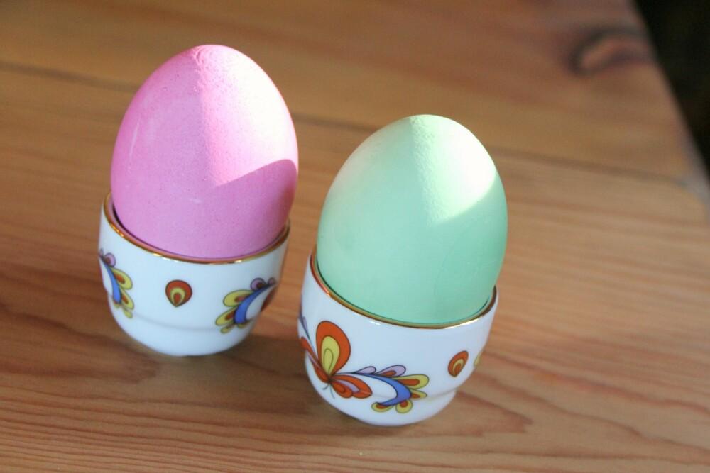 FARGEDE EGG: Ha konditorfarge i vannet når du koker egg til frokost. da får eggene en morsom påskefarge.