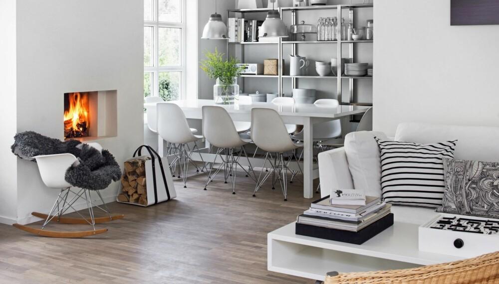 STORSTUE: Størstedelen av husets første etasje er reservert de mest brukte rommene: stue, kjøkken og spiseplass. Gulvet, hvitoljet eik, er fra Kasthall. Veggene er malt i fargen NCS 0500-S. Vedkurven Woodbag er fra mazeinterior.se.