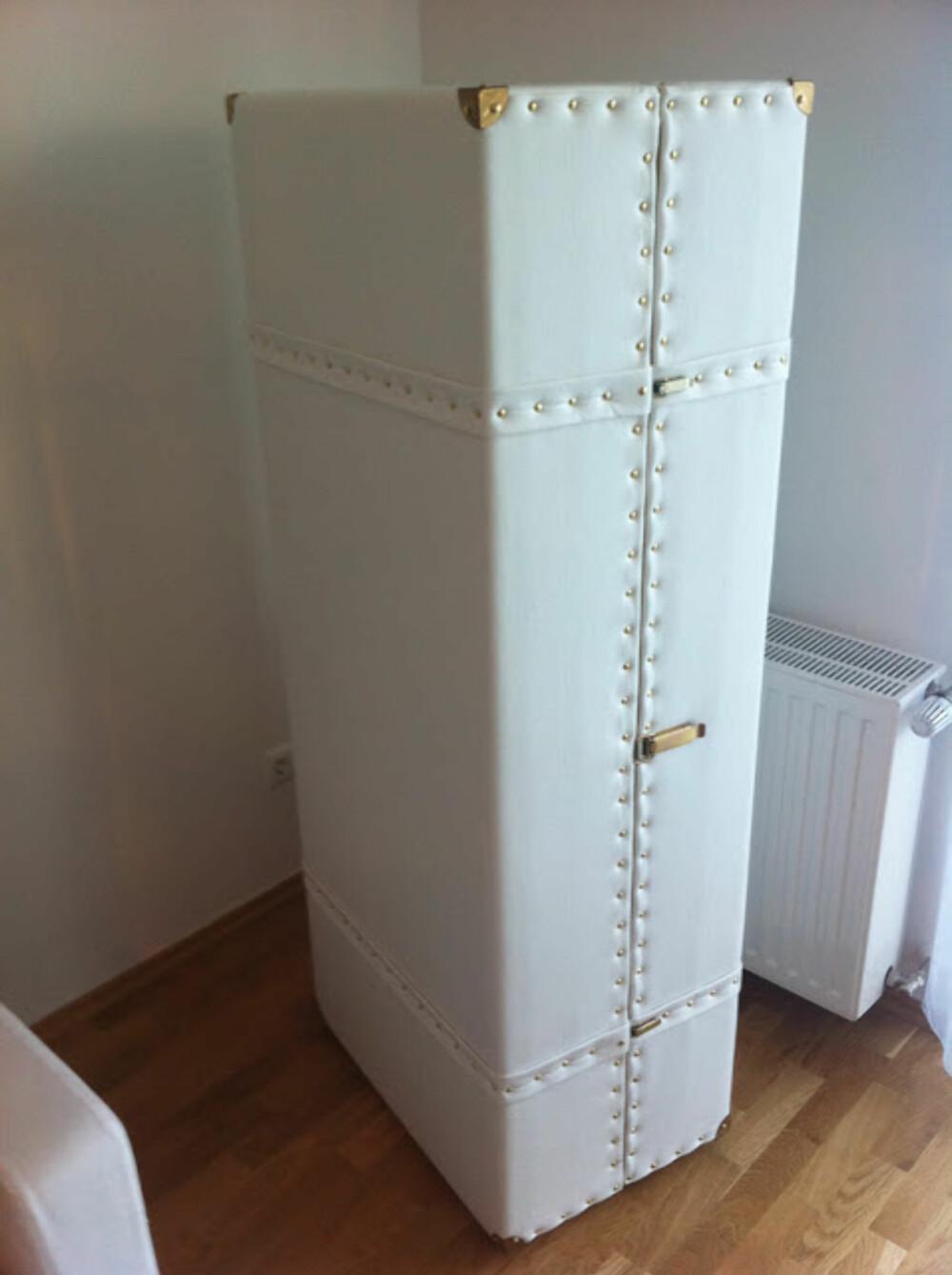 SAMMENLEGGBAR BAR: To vanlige bokhyller, kuttet til 150 cm høyde, montert sammen, med hyller for glassene. Utenpå: Et lag med vatt, så skinn og nagler, samt hjul under.
