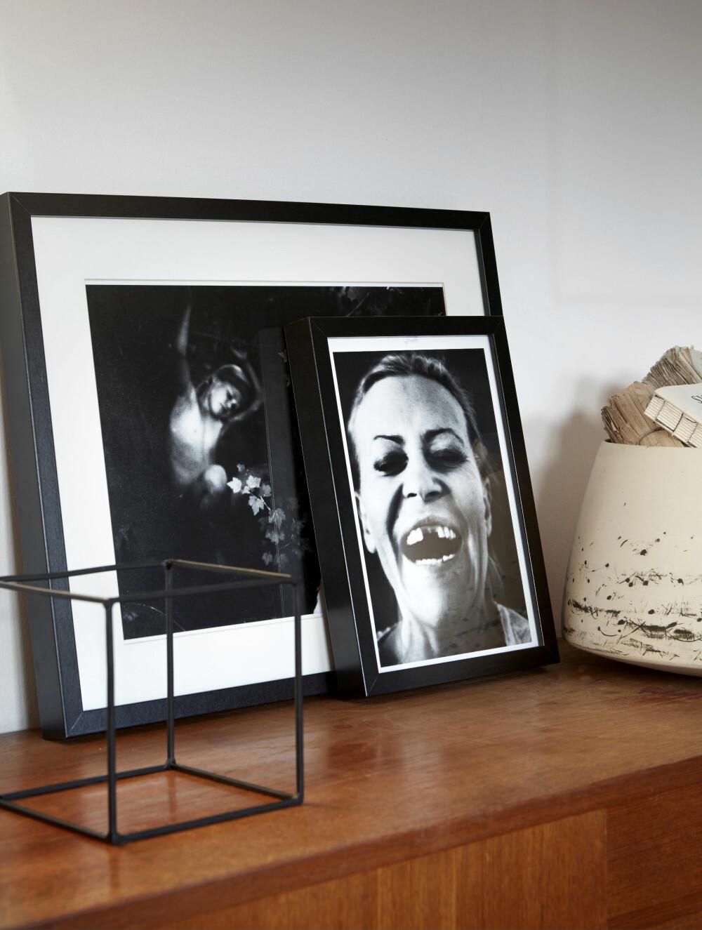 TØFT PREG: Fotografier i svart-hvitt gir et tøft preg. Birgitta har kjøpt skjenken i teak hos en brukthandel.